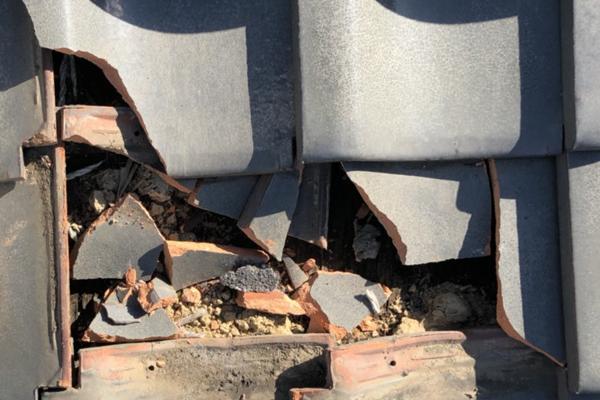 地震による瓦のズレ、割れ